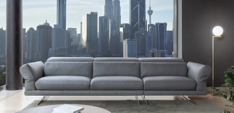 Perugino Perugino is an open base sofa of extreme elegance and unmistakable comfort. The soft and generous, adjustable armrests have a mechanism that offers different positions to adapt to different needs and they characterise the design of the model whilst also inviting you to relax. The backrest is almost aligned with the armrests and this gives the model a decidedly modern and compact look that does not, however, renounce the comfort.
