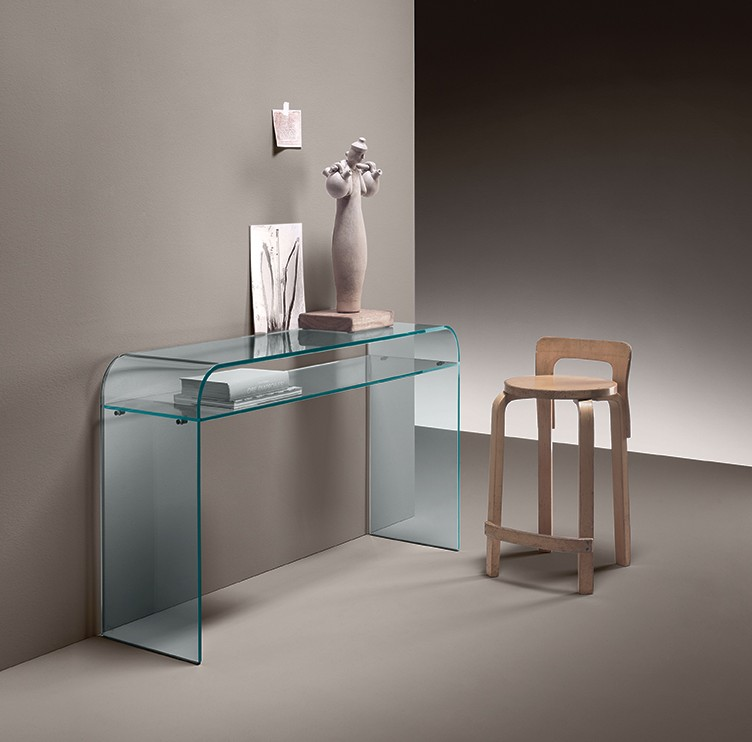 Elementare Console in 12 mm-thick curved glass. Also available with 10 mm-thick glass shelf (L 117 cm, W 36 cm).