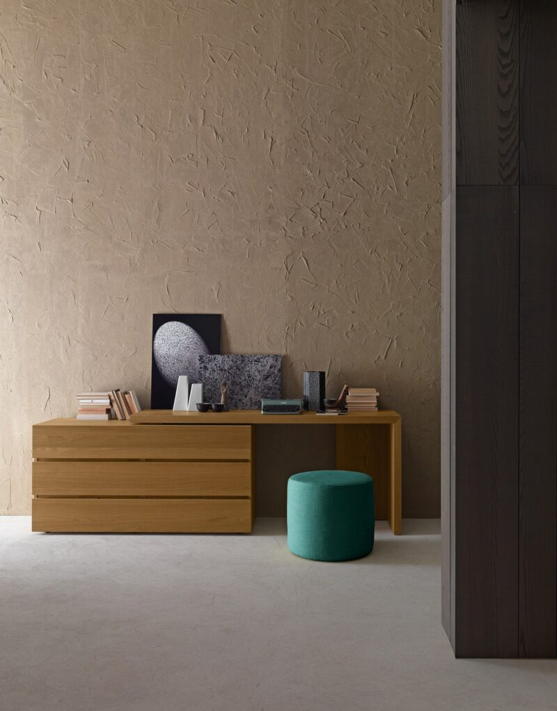 DESK The console desk is a trendy element to furnish the house in a personal way and style. The desk console mounted in support of the elegant dresser, to ensure a highly sophisticated combination. Its positioning in width is free. It's position width–wise can be chosen as required.
