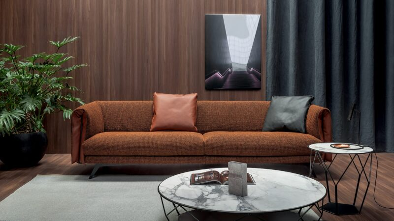 Saddle Designed to offer the utmost level of elegance, the Saddle sofastands out for its modern and functional style. The tub-shapedback and armrests, which recall the shape of a saddle, and thepadded seat make this sofa enjoyably soft.