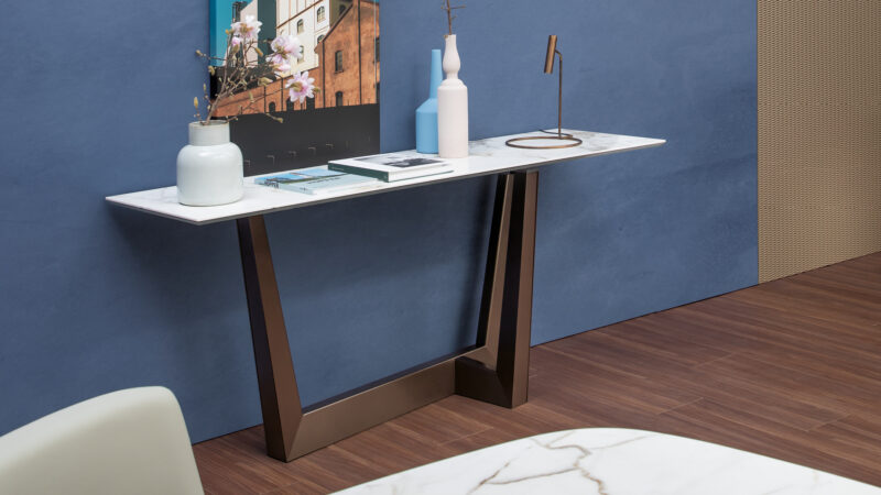 In Art Console In Art console, a metal trapezium develops diagonally under the  table top, allowing minimum obstruction and optimising the  space.