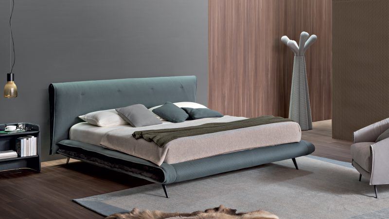 Saddle The headboard and bed frame are distinctive elements of Saddle bed: folded over themselves, they bring to mind the form of a saddle, which gives the name to this family designed by Giuseppe Viganò.