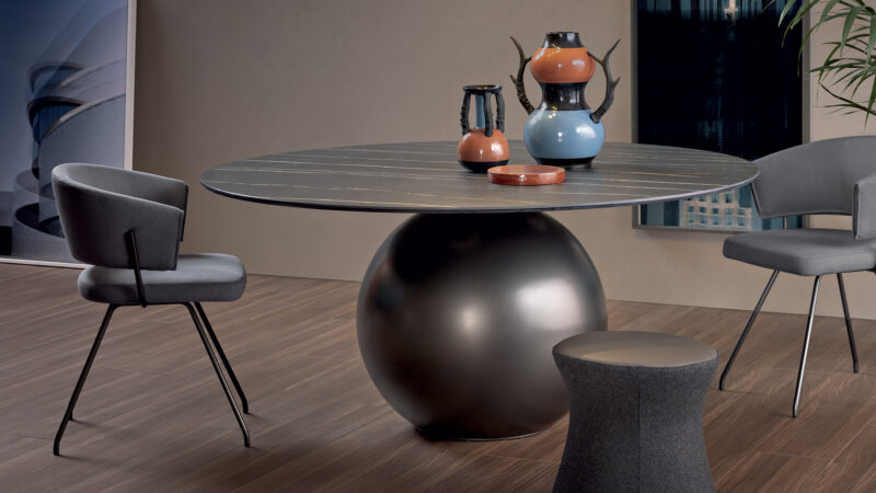 Circus Table Circus is a fixed table which draws on the laws of physics for itscontrast of quite different geometric shapes: the impressiveand scenic central base is surmounted by a large disc-shapedtop, evoking a pleasant sensation of movement. The tableacquires strength and elegance in a unique balancing act,becoming the real protagonist of the living area. The top isavailable in solid wood, ceramic or marble, and it adaptsperfectly to the style of the house, blending harmoniously withthe environment without, however, losing its uniqueness. Themetal base is available in different versions, including theelegant pearl gold, platinum and clouded chrome finishes.