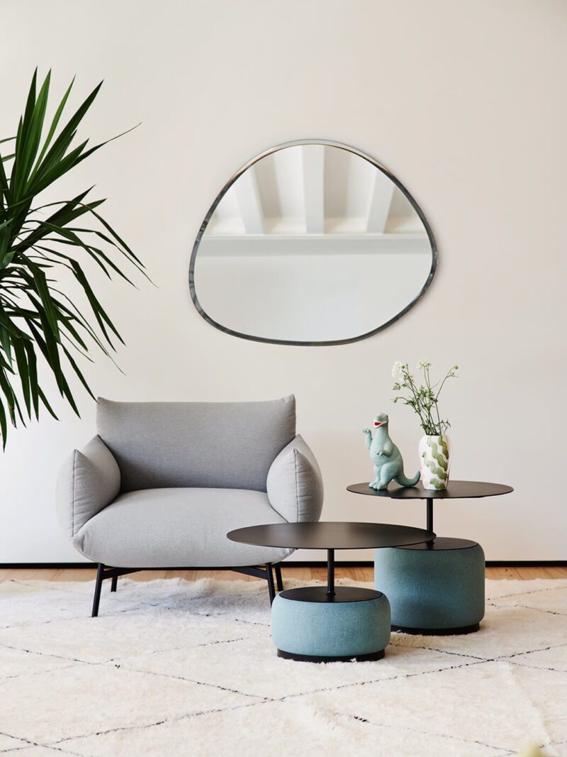Bloom The Bloom coffee table is composed of two elements: an original round base upholstered in fabric, leather or faux leather with sound-absorbing action. The top is available in steel or hpl.